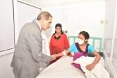"""محافظ أسيوط يزور الطفلة """"شيماء"""" بالمستشفى الجامعي بعد عقرها الكلب بوجهها"""