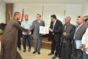 محافظ أسيوط يسلم 23 عقد تقنين لمساحة 192 فدان لواضعي اليد على أراضى الدولة بـ 8 مراكز